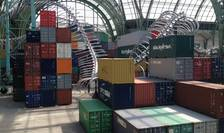 "Sute de containere, un schelet de sarpe urias si replica unei pàlàrii a lui Napoléon formeazà opera ""Empires"" a artistului Huang Yong Ping instalatà la Grand Palais în cadrul lui Monumenta 2016"