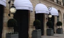 Intrarea (încà închisà) a hotelului Ritz din Place Vendôme, 5 iunie 2016