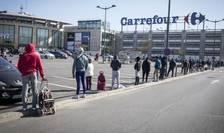 În Franta, unele supermarketuri îsi deschid portile la ora 6:30, altele la 7 din cauza unei restrictii de circulatie, între orele 18 si 6 dimineata, pentru a combate epidemia de coronavirus.
