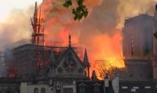 În şarpantă şi în turla catedralei se aflau sute de tone de plumb care s-au topit în incendiu.