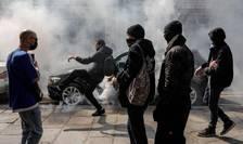 Interventie cu o grenada lacrimogena într-o altercatie a politiei si manifestanti la Paris.