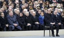 François Hollande în curtea Invalizilor la omagiul national adus victimelor atentatelor din 13 noiembrie. In spatele presedintelui francez întregul guvern de la Paris