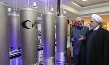 Preşedintele iranian Hassan Rohani ascultînd explicaţii date de Ali Akbar Salehi, şef al Organizaţiei iraniene pentru energie atomică, 9 aprilie 2019