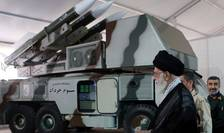 Ayatollahul Ali Khamenei, lângă sistemul care a doborât o dronă militară americană (Sursa foto: Fars news via Reuters)