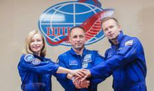Cosmonautul Anton Skaplerov (în centru), actrita Iulia Peressild, 37 ani, si regizorul Klim Sipenko, 38 ani, vor sta si filma timp de 12 zile la bordul Statiei spatiale internationale (ISS).