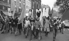 Manifestatie organizatà la Paris pe 25 noiembrie 1972 pentru a cere «avortul si contraceptia libere si gratuite».