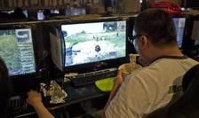 Un adept al jocurilor video într-o cybercafenea la Seul