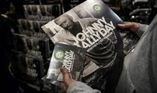 Un fan al lui Johnny Hallyday tine în mânà ultimul disc (postum) al rockerului, 19 octombrie 2018