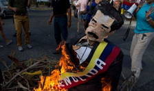 Venezuelanii au sărbătorit Paștele prin arderea efigiilor cu Nicolás Maduro