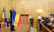 Preşedintele Klaus Iohannis le arată tricolorul participanţilor la o dezbatere în Ţinutul Secuiesc (Sursa foto: www.presidency.ro)