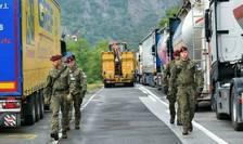 Soldati polonezi, membri ai misiunii de pace din Kosovo, KFOR, la punctul de trecere a frontierei dintre Serbia si Kosovo, la Jarinje, 28 septembrie 2021.