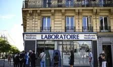 Coadà în fata unui laborator de analize medicale din Paris, 4 septembrie 2020.