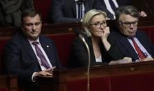 Lidera FN, Marine Le Pen, între alti doi deputati de extremà dreaptà, Louis Aliot si Gilbert Collard, 25 octombrie 2017
