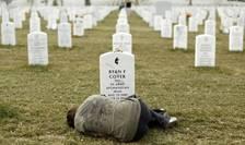 Lesleigh Coyer, în vârsta de 25 de ani din Michigan sta pe mormântul fratelui sau, Ryan Coyer - fost militar din US Army ce a participat la razboaiele din Irak si din Afganistan, Arlington National Cemetery, Virginia, 11 martie 2013.