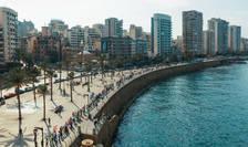 Liban- Zeci de mii de oameni au format un lant uman de-a lungul coastei, din nordul în sudul tarii, 27 octombrie 2019.