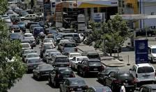 Libanezi formeaza cozi imense pentru a reusi sa obtina carburant din benzinarii, Beirut, 11 iunie 2021