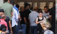 Libanezi stau la coada pentru a-si cumpara paine, 27 iunie 2020.