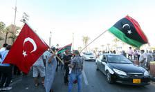 Steaguri turcesti si libiene fluturate în Piata Martiriilor din Tripoli, 21 iunie 2020