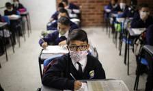 Elevi cu măști de protecție, într-o școală din Columbia (Sursa: Juancho Torres/Anadolu Agency/ABACAPRESS.COM via Mediafax)