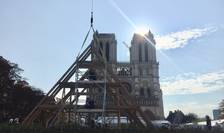 Lucratori în lemn au oferit publicului o demonstratie în fata Catedralei Notre Dame despre cum vor realiza noua sarpanta a celebrului edificiu parizian.