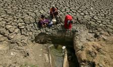 Lupta cotidiana pentru a obtine o picatura de apa este preocuparea numerosilor locuitori din Chennai, India.