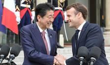 Premierul japonez Shinzo Abe şi preşedintele francez Emmanuel Macron în cursul unei precedente întîlniri