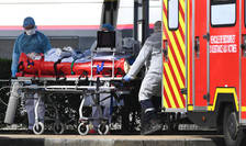 O echipà medicalà receptioneazà un pacient atins de Covid-19, transferat de la Quimper în Bretania prin TGV medicalizat, 5 aprilie 2020