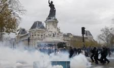 Ciocniri între manifestanti si politie în Place de la République din Paris, locul unde se aflà memorialul victimelor atentatelor din ianuarie si noiembrie
