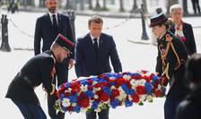 Presedintele Emmanuel Macron depune o coroanà de flori pe mormântul soldatului necunoscut, 8 mai 2020