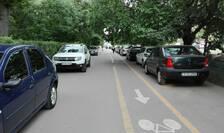 Pistă pentru biciclete, pe trotuar, printre mașini și pietoni, în cartierul bucureștean Drumul Taberei (Foto: RFI/Cosmin Ruscior)