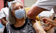 Mauricette, 78 de ani, primeste prima doză de vaccin anti-Covid 19 în Franța, 27 decembrie 2020 la Spitalul René Muret din Sevran, regiunea pariziana.