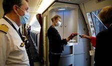 Membri unui echipaj Air France distribuie masti sanitare, Aeroportul Charles de Gaulle din Paris, mai 2020.