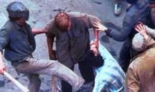 Mineri maltratând un cetățean în București în timpul mineriadei din iunie 1990