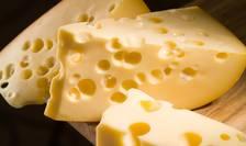 Cercetătorii au aflat de ce apar găurile din caşcavalul elveţian.