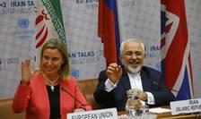 Şefa diplomaţiei europene, Federica Mogherini şi ministrul iranian de Externe, Mohammad Javad Zarif (Foto: Reuters/Leonhard Foeger)
