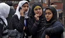 Oameni panicaţi în Kashmir, după seismul de luni, 26 octombrie (Foto: Reuters/Danish Ismail)