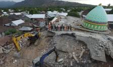 Moscheia Jamiul Jamaah, distrusa dupa seismul de duminica. Soldati si pompieri cauta eventuali supravietuitori la Pemenang, în nordul insulei Lombok, 8 august 2018.