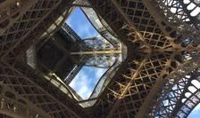 Multi turisti vor ramâne doar cu imaginea de jos a Turnului Eiffel din Paris. El este închis ca urmare a unei greve a personalului. Angajatii nu cer salarii mai mari ci reorganizarea conditiilor de  eliberare a biletelor de acces.