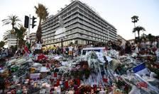 Flori si lumânàri în dreptul hotelului Méridien, 16 iulie 2016, douà zile dupà atentatul care avea sà facà 86 de morti si peste 400 de rànit.