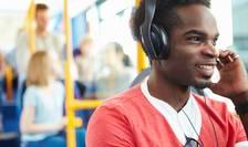 Noi norme OMS pentru a preveni deficientele de auz la 1,1 miliarde de tineri