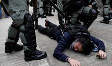 Forțele de ordine din Hong Kong pun la pământ un protestatar (Foto: Reuters/Tyrone Siu)