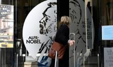 O femeie intra în Muzeul Alfred Nobel situat în imobilul Academiei suedeze, Stockholm, 5 octombrie 2017.