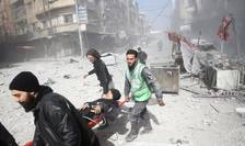 O femeie ranita este transportata in Douma, Ghouta orientala, Siria, 7 februarie 2018