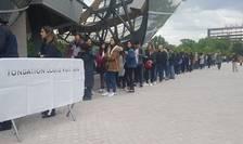 Oameni stau la coada pentru a vizita muzeul Fundatiei Louis Vuitton, Paris în cadrul evenimentului Noaptea europeana a Muzeelor - 18 mai 2019.