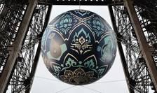 Opera Earth Crisis realizata de artistul american Shepard Fairey, alias Obey, suspendata în Tour Eiffel, Paris,20 noiembrie 2015, cu ocazia COP21.
