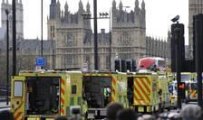 Ambulanţe şi forţe de ordine, pe podul Westminster din Londra, după atentatul din 22 martie 2017 (Foto: AFP/Niklas Halle'n)