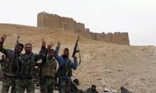 Fortele guvernamentale siriene pozeazà în fata cetàtii antice Palmira