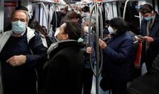 Pasageri poarta masca în metroul din Roma, Italia, 28 octombrie 2020.