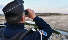 Patrula de jandarmi francezi pe o plaja de la Tardinghen, în apropiere de Calais, 4 aprilie 2019.