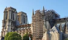 Pe fatada sudica a catedralei Notre Dame se poate observa schela care trebuie demontatà.